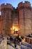 Средневековый город Родоса раскрывает прошлое... В город ведут ворота с башнями.