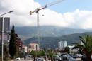 Будва активно строится, на домах повсюду объявления о продаже квартир, в том числе и на русском языке.