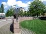 """Оулу. Памятник С.Койвисто """"Течение времени"""" (2005). Бронзовые фигуры изображают развитие Оулу с 17-го века до наших дней."""