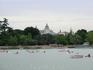 Гребцы на фоне королевского дворца. Нужно сказать, что у этого парка древняя история, которая началась в 1519 году. Francisco de Vargas y Medina, член ...