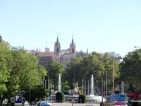 С Plaza de las Cortes открывается красивый вид на другую площадь - Plaza de Canovas с фонтаном Нептун и монастырем Сан Херонимо, возвышающемся над ним.