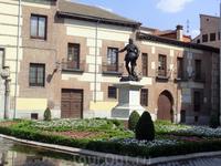 Площадь Вилья (Пласа де ла Вилья) (Plaza de la Villa) – самая старая площадь Мадрида, место главного рынка города еще тех времен, когда здесь жили мусульмане. Дойти до нее можно от площади Майор по ул