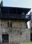 дом 13 века, деревянный балкон был отремонтирован в 1930 г.