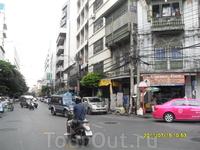 Бангкок, район Чайна таун. Походили там, но ничего интересного не нашли. Сходили в китайский храм Ват Тремит, но не впечатлин по сравнению с предыдущими ...