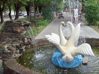 Фонтан в виде пары лебедей.Находится на проспекте Героев Сталинграда