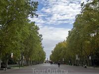 Улица La Acera de Recoletos ведет на площадь Колумба, где ему установлен памятник. В 1506 году в Вальядолиде умер Христофор Колумб, проведя в этом городе ...