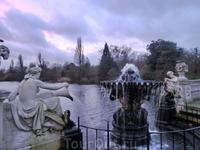 Красивый большой фонтан завершает каскад фонтанов. За ним уже озеро.