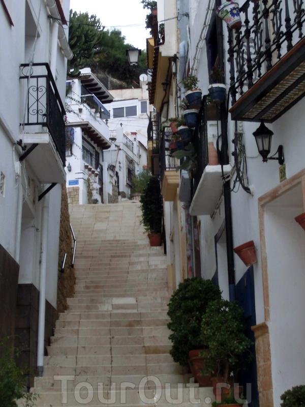 Поскольку старый квартал находится на горе, то улицы соединяются между собой множеством спусков и подъемов, лестниц и террас. Остается только удивляться тому, как люди, несущие тяжеленный трон с громоздкими фигурами умудряются пронести его по лестницам ...
