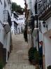 Поскольку старый квартал находится на горе, то улицы соединяются между собой множеством спусков и подъемов, лестниц и террас. Остается только удивляться ...