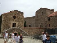 Коллиур. Крепость майоркинских королей. Слева - церковь тамплиеров, очень скромная внутри...