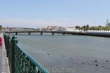 Тавира - город и морской порт. На фото - река Гилао. Именно отсюда отправляется паром на пляж Praia da Ihla de Tavira, т.к. в самом городке пляжа нет. ...