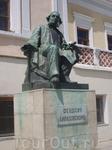 Памятник Айвазовскому на набережной.