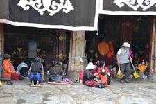 Сегодня площадь храмового комплекса составляет 25,000 кв. м. Архитектура сочетает в себе слияние стилей Тибета, Индии, Китая и Непала. Здание состоит из нескольких залов и алтарей. Темные лабиринты со
