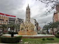 Улица заканчивается на площади Plaza de Los Luceros. В центре площади - красивый  фонтан La fuente de Levante (я бы перевела как Восхождение, поскольку речь идет о звездах).