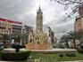 Улица заканчивается на площади Plaza de Los Luceros. В центре площади - красивый  фонтан La fuente de Levante (я бы перевела как Восхождение, поскольку ...
