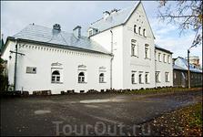Белая палата. На стене мемориальная доска о санитаре Сергее Есенине