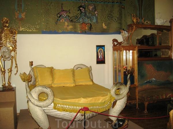 Кровать Дали, очень симпатичные лапки драконов, а вот скелет рядом меня насторожил.