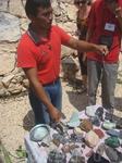 магазин-фабрика по обработке камня... цены высокие, но дается гарантия сотрудник показыает нам камни, которыми богата Мексика