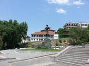 Памятник Пушкину. Это был всего пятый памятник после Москвы, Петербурга, Кишинева и Одессы и открыт он был именно на том месте, где в свое время гулял ...