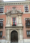 Фасад дворца - это отдельное произведение искусства. Герб над входом принадлежит внуку Фабио, Baltasar de Rivadeneira y Zúñiga, который был придворным ...