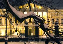 Над желтизной правительственных зданий Кружилась долго мутная метель...