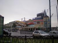 Торговый центр – «Кольцо». Не узнать его невозможно – огромное кольцо украшает его фасад – это дань памяти прошлому, народному, названию этой площади – ...