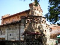 Новая Митрополийская Церковь Св. Стефана (IX век) – трехнефная церковь в лучших традициях византийской архитектурной школы. Белый камень фасада разграничен ...