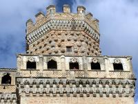 La Torre del Homenaje - единственная из башен замка имеет квадратное основание, остальные - круглые.