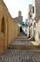 узкие улицы медины, вдалеке видна 30-ти метровая Башня Халифа в Касбе (построена в 859 году)