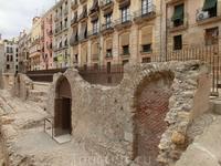 Люди буквально приросли своими домами к историческим корням, точнее фундаментам.
