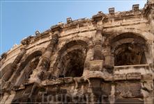 Амфитеатр имеет эллипсоидную форму, увенчан двумя рядами дорических колонн во втором ярусе, над которыми прекрасно сохранился велариум – навес на кронштейнах. Декор цирка скуден – сказалось неудобство
