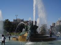 Летом, когда очень жарко, американцы купаются в городских фонтанах)