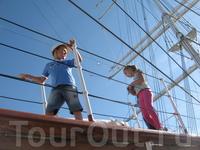 Морской музей-это не только специальные экспонаты внутри кирпичного здания, но и музеи-корабли, стоящие на воде