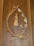 Это дверь капеллы, на ней изображены символы святой - башня и оружие.