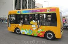 Редко, но можно встретить и такой веселенький транспорт на улочках мадерьянской столицы.