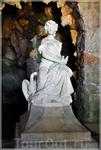 Скульптура Леды, держащей в руке голубя, у входа в один из гротов, и Зевса на краю крошечного озерка в облике лебедя, щиплющего ее за ногу, как бы воплощают ...