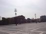 С двух сторон площадь замыкают здания в стиле неоклассицизма: это Музей изящных искусств и Манеж.