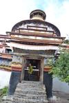 Слева (или с запада) от главного зала монастыря стоит огромная 42-метровой высоты 9-этажная ступа Кумбум. Из трех Кумбумов Тибета эта ступа сохранилась ...