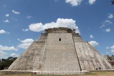 Пирамида Предсказателя, самое высокое (35м) сооружение в Ушмале. Строительство ее было начато в VIв. и продолжалось 400 лет. По легенде, она была воздвигнута за одну ночь карликом-предсказателем, наде