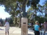 Памятник Артуру Эвансу, английскому археологу, который приехал на остров не надолго, чтобы решить небольшую задачу по древнеегипетской письменности, связанную ...