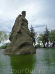 В центре бассейна возвышается монументальная скульптура,очень впечатляет.
