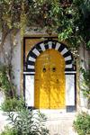 По обычаям, в Сиди-бу-Саиде все двери и оконные рамы и решётки должны быть выкрашены в голубой цвет, но встречаются исключения.