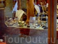 Украшения с камушками не выглядят пошло — столько фантазии у флорентийских мастеров!