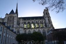 Амьенский собор Нотр-Дам восходит к 1220 году. Начал строить собор Робер из Люзарша, позже его дело продолжили Тома и Рено из Кормона. Как и многие соборы Европы, Нотр-Дам долго строился, достраивался