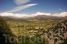 Ласифийское плато, где когда-то крутились лопасти сотен белых ветряных мельниц.  Слово &quotЛасити&quot появилось от древнего слова &quotласиос&quot, что означает богатую и зелёную местность.