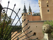 Касса по продаже билетов находится слева от самого замка. Билеты стоят 5 евро.