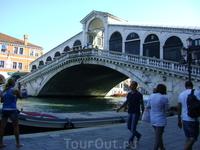 Мост Риальто.  Является самым первым и самым древним мостом через канал. Первоначально был деревянным, был разрушен во время мятежа, возникшего в результате ...