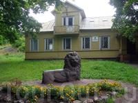Административное здание парка. Парк долгое время был заброшен и некоторые объекты находится в плачевном состоянии.