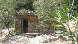 Вот такие домики встречаются по пути,хранение инвентаря на случай пожара. На протяжении всего пути проложен рукав или трубы с кранами,для подачи воды в ...