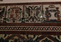 Стены одной из капелл украшены плиткой.